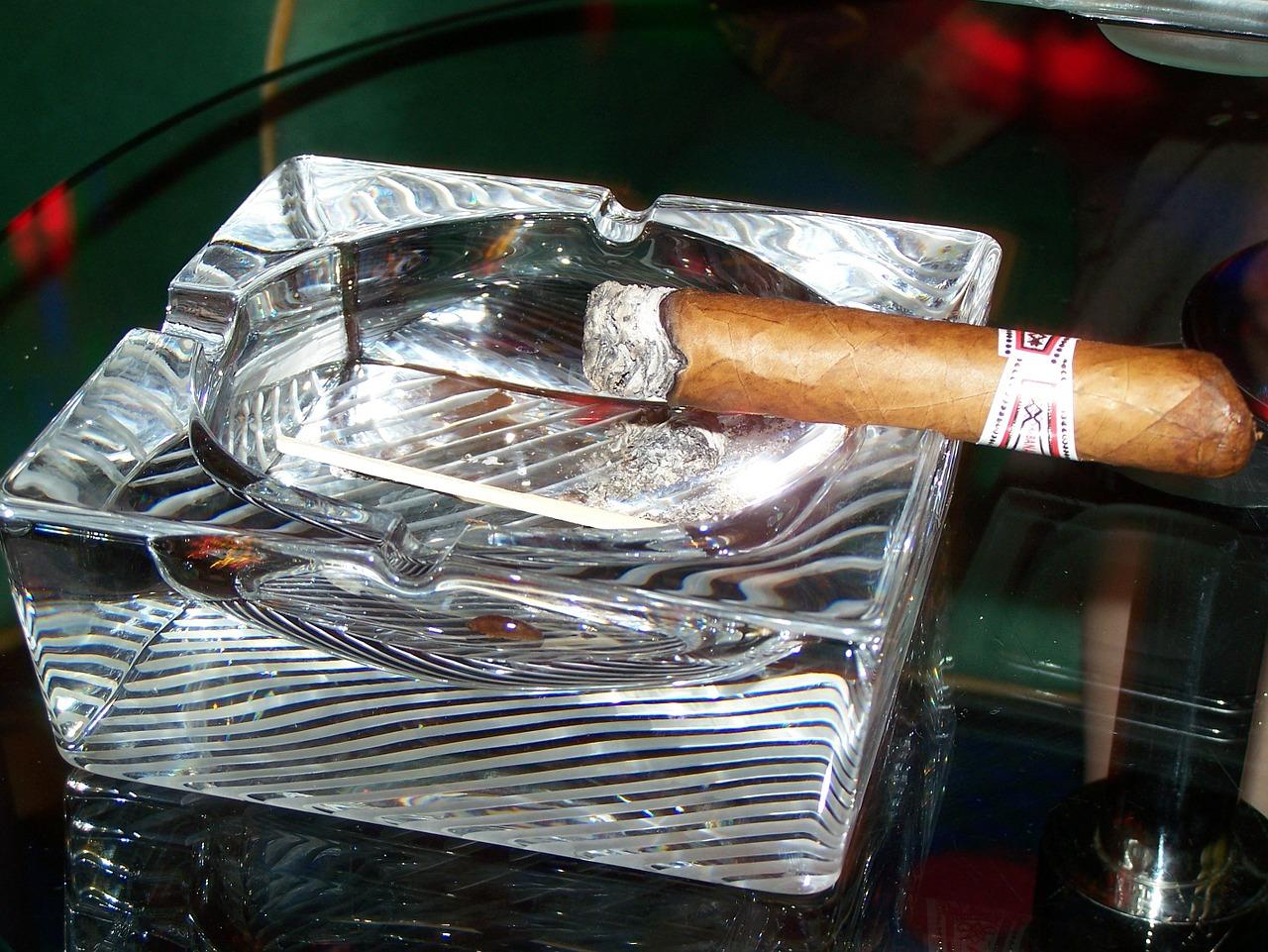 cigar-376858_1280