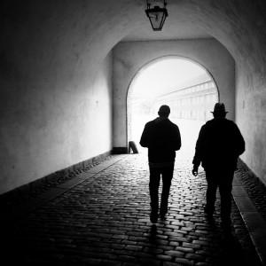 Männer in dunkler Gasse