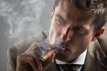 Zigarrerauchender Mann